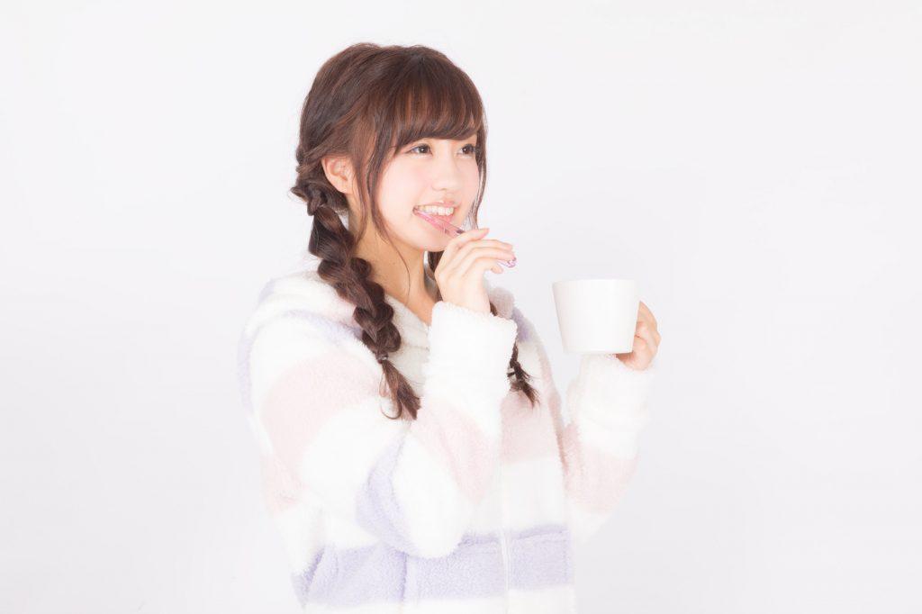 雪輝麗(SEKKI REI)で歯を磨く女性